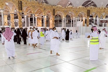 Volunteers Serve Worshippers at Mecca's Grand Mosque in Ramadan